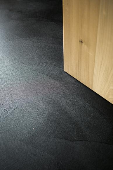 Particolare pavimento Cementofficina, rivestimento in legno